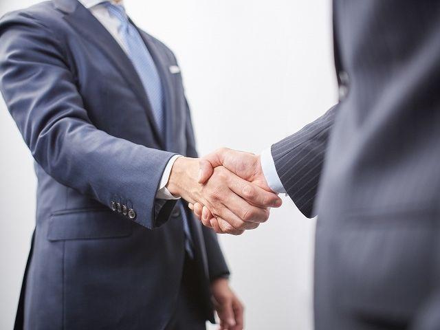 上司と握手